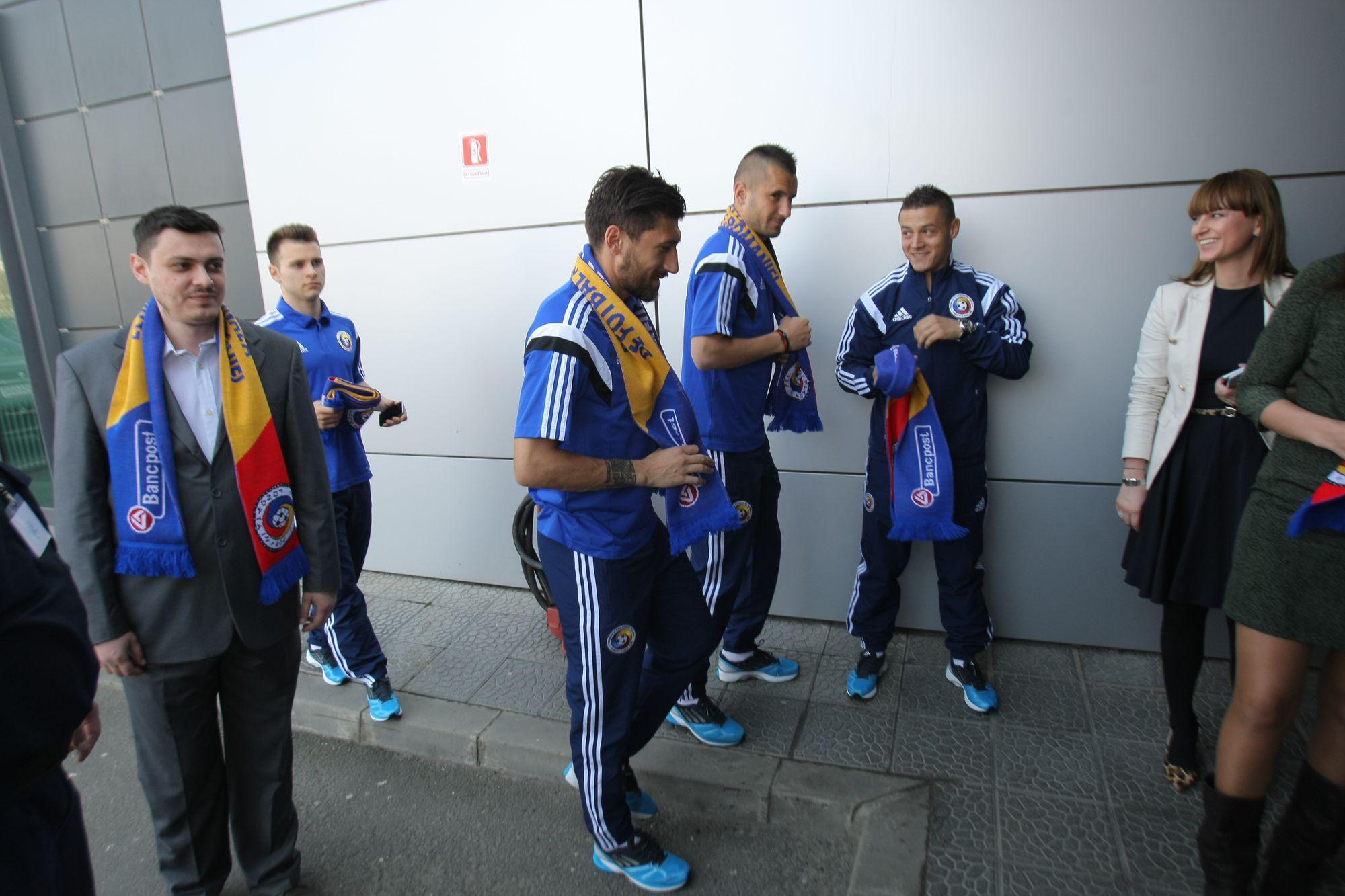 ROMÂNIA – FEROE, DUMINICĂ, ORA 19:00, TVR 1 / Tricolorii au făcut pe bancherii la sediul noului sponsor. Repriză de autografe și fotografii / GALERIE FOTO