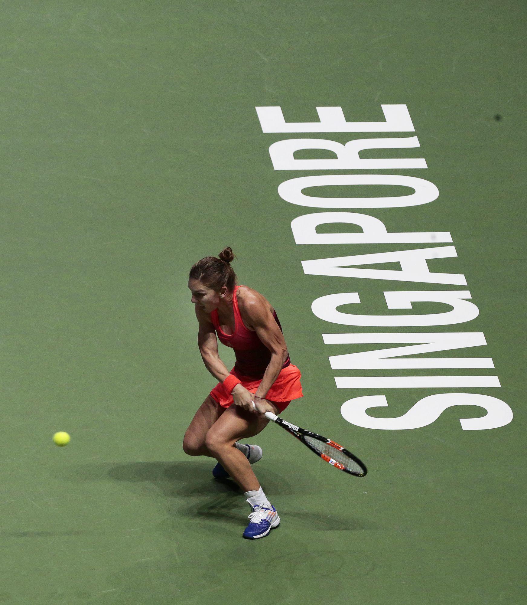 TURNEUL CAMPIOANELOR. Simona Halep, învinsă a șasea oară (din 6!) de Maria Șarapova! Pe româncă n-a ajutat-o nici măcar antrenorul Darren Cahill! Ar fi putut fi a 50-a victorie pentru numărul 2 WTA în 2015! Partida din Grupa Roșie a avut schimburi spectaculoase, în mare viteză! Calificarea în semifinale, în pericol! BLOG&VIDEO&FOTO