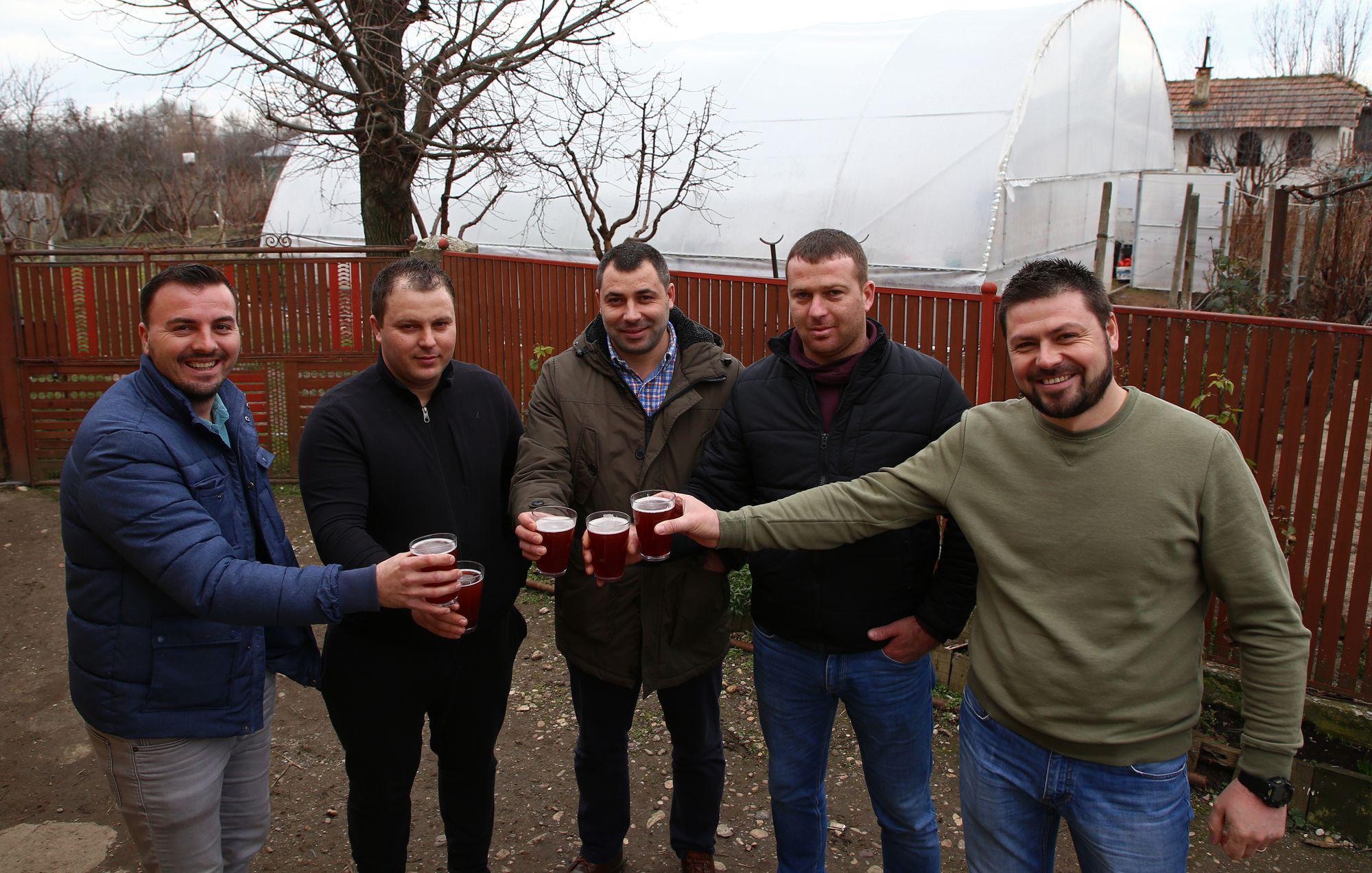 VIDEO EXCLUSIV/Au muncit din greu în Anglia, dar au venit acasă să facă agricultură. Șapte olteni au reînviat C.A.P.-ul!