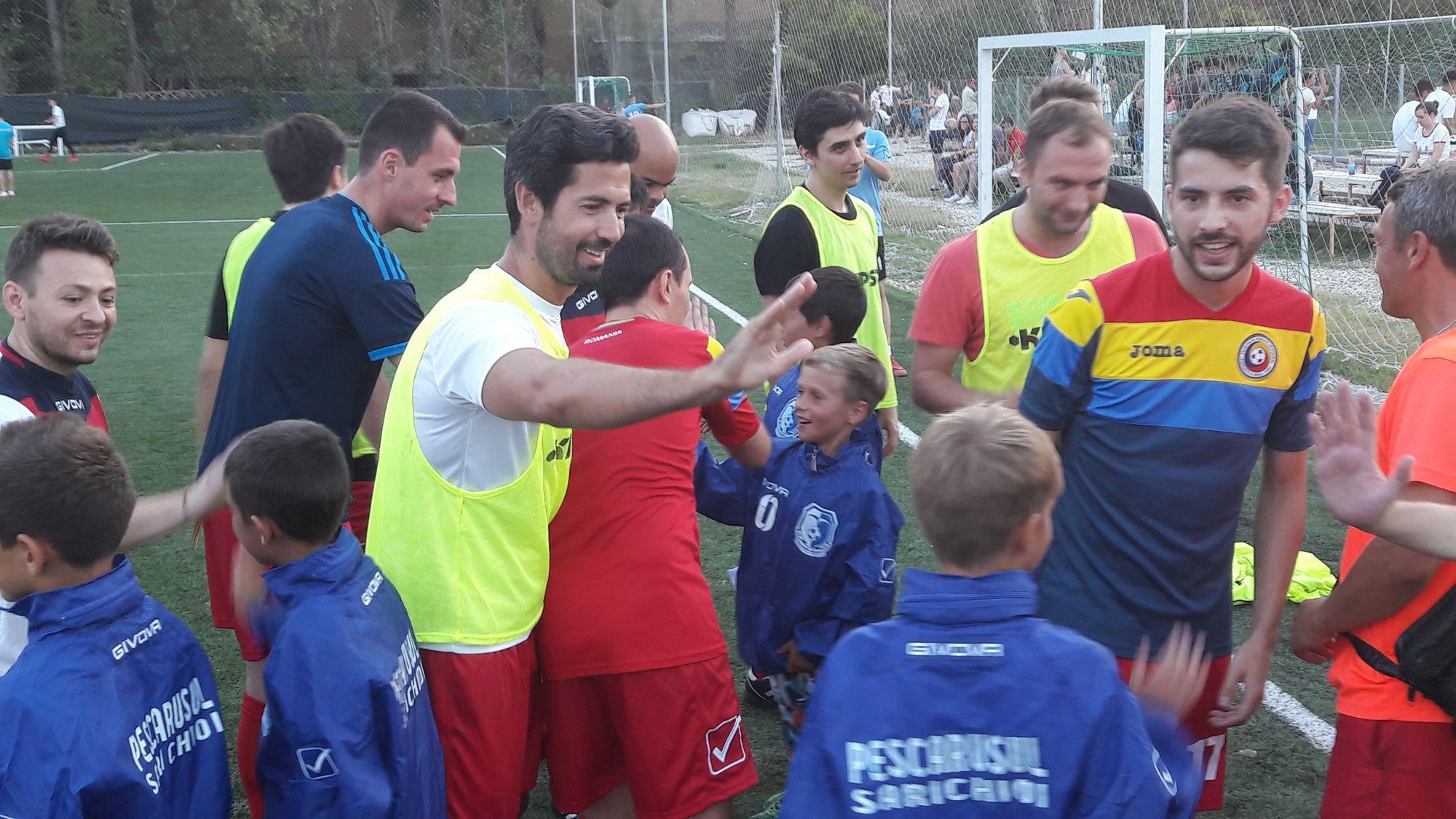"""Benfica de România a jucat cu """"casa închisă"""" pentru micuții fotbaliști de la Sarichioi. La partida caritabilă au asistat și militarii sportivi de la Invictus"""