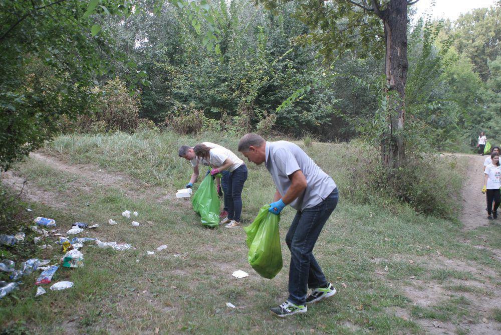 """FOTO / Klaus Iohannis a adunat gunoaie în pădurea Cernica: """"Mulți consideră că natura este un fel de groapă de gunoi"""""""