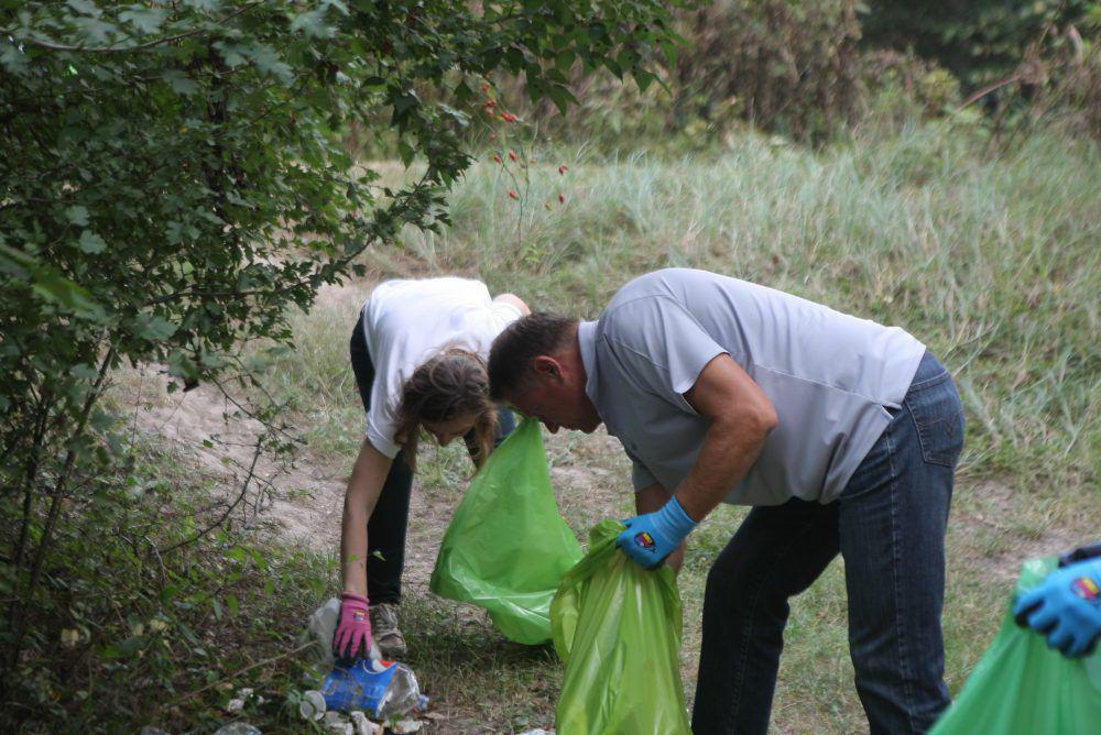Klaus Iohannis a strans gunoaie în pădurea Cernica