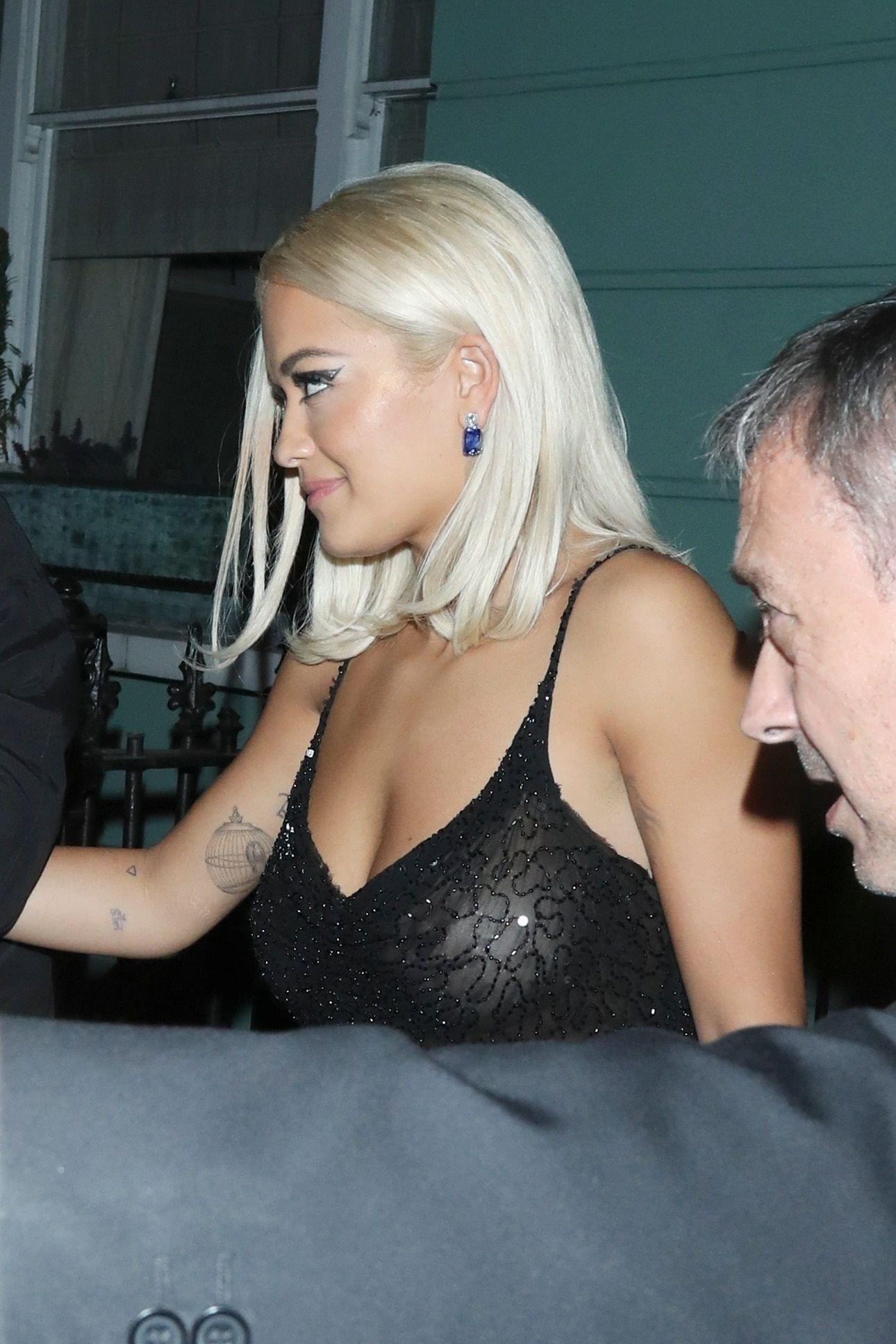 Rita Ora, probleme cu ținuta. Rochia i-a jucat feste | FOTO