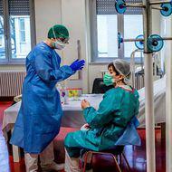 """""""Un sprijin moral care contează foarte mult"""". Cadrele medicale de la spitalul din Caracal internate cu COVID-19 îşi ajută colegii să-i trateze pe pacienții infectați cu virusul"""