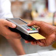 Cinci trucuri pentru a economisi bani atunci când plătești cu cardul în străinătate