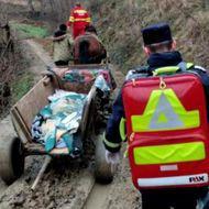 România, în secolul al XXI-lea: o bolnavă din Gorj este dusă la ambulanță cu căruța, pe un drum plin de noroaie