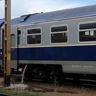 Imagini revoltătoare. În plină pandemie COVID-19, mizeria toaletei unui tren este descărcată în fața gării din Pașcani