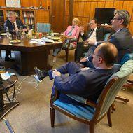 Relaxare în biroul lui Orban, în criza COVID: mai mulți membri ai Guvernului au lăsat măștile deoparte, beau alcool și fumează