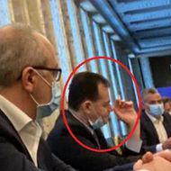 O nouă fotografie cu Ludovic Orban circulă pe Facebook. Premierul, cu masca în bărbie și cu țigara în mână, în sala de ședințe a Guvernului