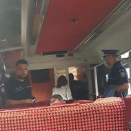 Cum încalcă un polițist legea într-o călătorie de două ore cu trenul