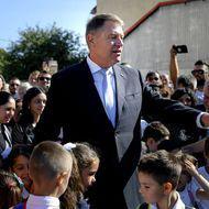 Pentru că nu acceptă să vorbească lângă el cu specialiști, președintele Iohannis a băgat părinții și profesorii în ceață, greșind total calculele pentru redeschiderea școlilor!