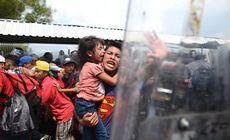 FOTO și VIDEO | Mii de imigranți se îndreaptă spre SUA. Lupte cu forțele de ordine la granița dintre Guatemala şi Mexic