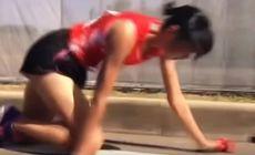 Gestul anului în sport e al unei maratoniste japoneze: și-a rupt piciorul, însă a mers târâș 200 de metri pentru a preda ștafeta / VIDEO