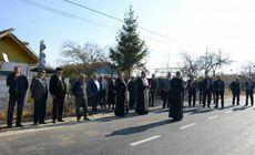 Un primar zelos a chemat un sobor de preoți să sfințească un petec de asfalt proaspăt turnat. N-a uitat să cheme și toate oficialitățile de la județ