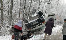 Două mașini s-au răsturnat pe un pod din Iași. Zăpada le dă bătăi de cap șoferilor |FOTO