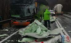 Accident pe DN1, în județul Sibiu. Un autocar cu peste 20 de pasageri s-a ciocnit de un camion