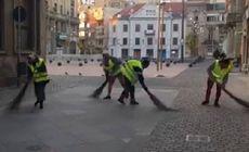Primii asistați sociali scoși la muncă de primarul Timișoarei. Nicolae Robu i-a filmat la mătură