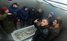 Un iPhone XS a fost cumpărat cu… o cadă plină de monede, în Rusia. Imagini inedite
