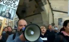 """Zeci de mii de cehi au ieșit în stradă pentru a cere demisia premierului și președintelui. """"La închisoare cu ei"""""""