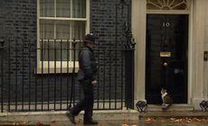 VIDEO | Gestul unui polițist care păzește reședința premierului britanic a devenit viral pe internet. Momentul a fost surprins în direct la TV