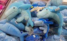 Delfini din pluș cu organe sexuale, descoperiți într-un magazin cu produse confiscate de ANAF din Constanța. Cât costă o astfel de jucărie / VIDEO