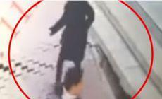VIDEO | Momentul în care o femeie este înghițită de o groapă uriașă formată în asfalt