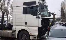 Un şofer de TIR beat a distrus 10 maşini la Iași, după ce a pierdut controlul volanului