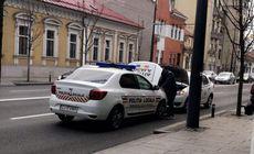 O mașină a poliției locale din Cluj a rămas fără curent în mijlocul străzii. Este surprinzător cine i-a salvat pe agenți