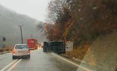Un microbuz de pasageri s-a răsturnat pe Valea Oltului