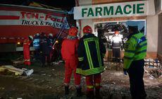 Un camion a intrat într-o farmacie din Valea Călugărească. Șoferul a murit pe loc