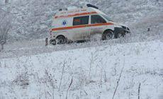 O ambulanţă care ducea un pacient dializat la spital a rămas blocată în zăpadă!