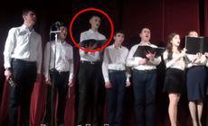 Gestul unor cântăreți de cor după ce colegul lor s-a prăbușit pe scenă, în timpul concertului