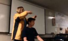 VIDEO | Momentul șocant în care o profesoară cântă Imnul Național și tunde un elev