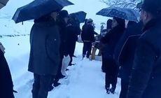 Mort dus pe brațe, într-o comună din Gorj. Drumul spre cimitir era acoperit cu zăpadă / VIDEO
