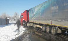 Pericol pe o stradă din Titu, după ce șoferul unui TIR a fisurat o țeavă de gaze
