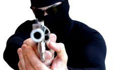 Un român a jefuit o bancă din Marea Britanie cu ajutorul unui pachet suspect. Bărbatul e căutat de Poliție / FOTO