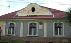 """Casa memorială """"Avram Iancu"""" din Târgu Mureş a fost vandalizată . Au scris mesaje obscene pe fațada acesteia"""