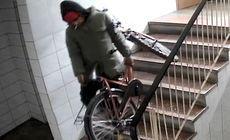 Un hoț a furat două biciclete, din același bloc din București, în doar câteva zile. A fost filmat de camerele de supraveghere (VIDEO)