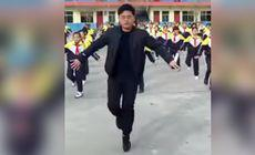 VIDEO | Directorul școlii a găsit o metodă inedită ca să-i facă pe elevi să nu mai stea cu ochii în telefoanele mobile. Imaginile care s-au viralizat în timp record