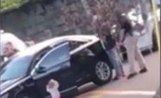 VIDEO | Momentul în care un copil merge cu mâinile ridicate către mai mulți polițiști înarmați