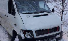 Un bărbat a intrat cu mașina într-un parapet, dar a scăpat cu viață. Când a coborât, a fost lovit mortal de o dubă