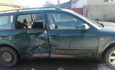 Cel mai ghinionist șofer. A intrat cu mașina în șanț, dar n-a apucat să o miște de acolo că alt vehicul a intrat în plin în ea!