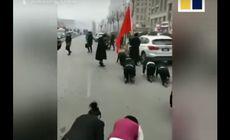 VIDEO | Angajații unei companii au fost forțați să se târască în genunchi pe străzi, fiindcă n-au îndeplinit norma de profit