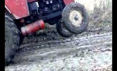Un bărbat a murit după ce tractorul pe care îl conducea s-a răsturnat peste el! Câțiva săteni au asistat neputincioși la decesul vecinului lor