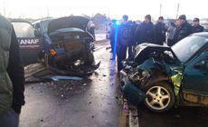 Un microbuz al ANAF a fost lovit de o mașină. Trei oameni, transportați la spital