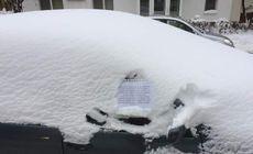 Un tânăr curăță zăpada de pe mașinile din parcare pentru că vrea un laptop nou. Andrei vrea să fie student la Informatică