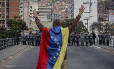 FOTO   Violențe în Venezuela după ce Juan Guaido s-a autoproclamat președinte. Cel puțin șapte persoane au murit în confruntările cu forțele de ordine