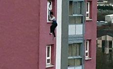 FOTO | Moment dramatic surprins de un trecător: O femeie ținută de păr, pe geam, înainte să cadă de la etajul 11