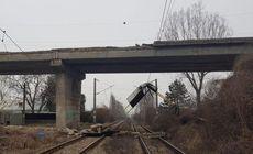 FOTO | O bucată de pod s-a prăbușit peste calea ferată. Circulaţia pe ruta Ploieşti – Buzău este blocată
