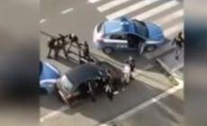 VIDEO | Polițiștii italieni care au vrut să aresteze doi români au fost înconjurați, amenințați și loviți de alți români